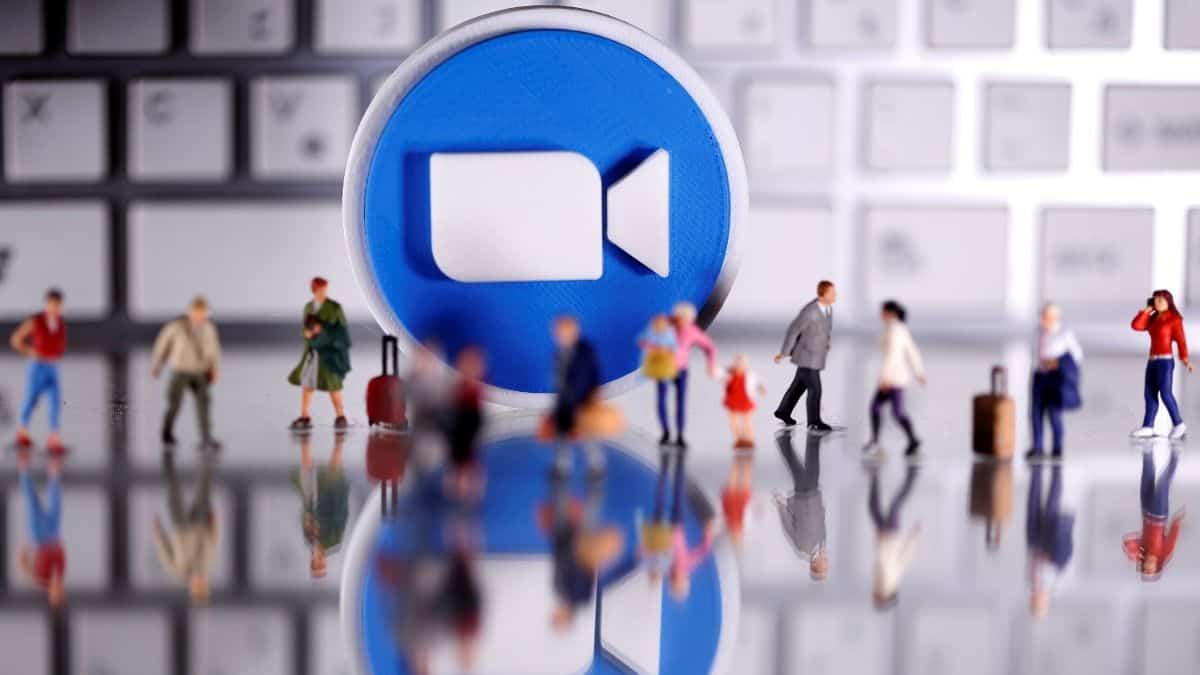 الميزة الاولي : انشاء خدمة بريد الكتروني خاصة بالتطبيق